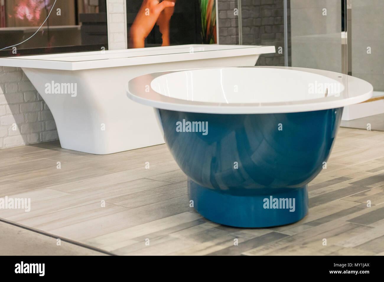 Blau Badewanne im Store. hite Badewanne im Gebäude lagern. Bäder im ...