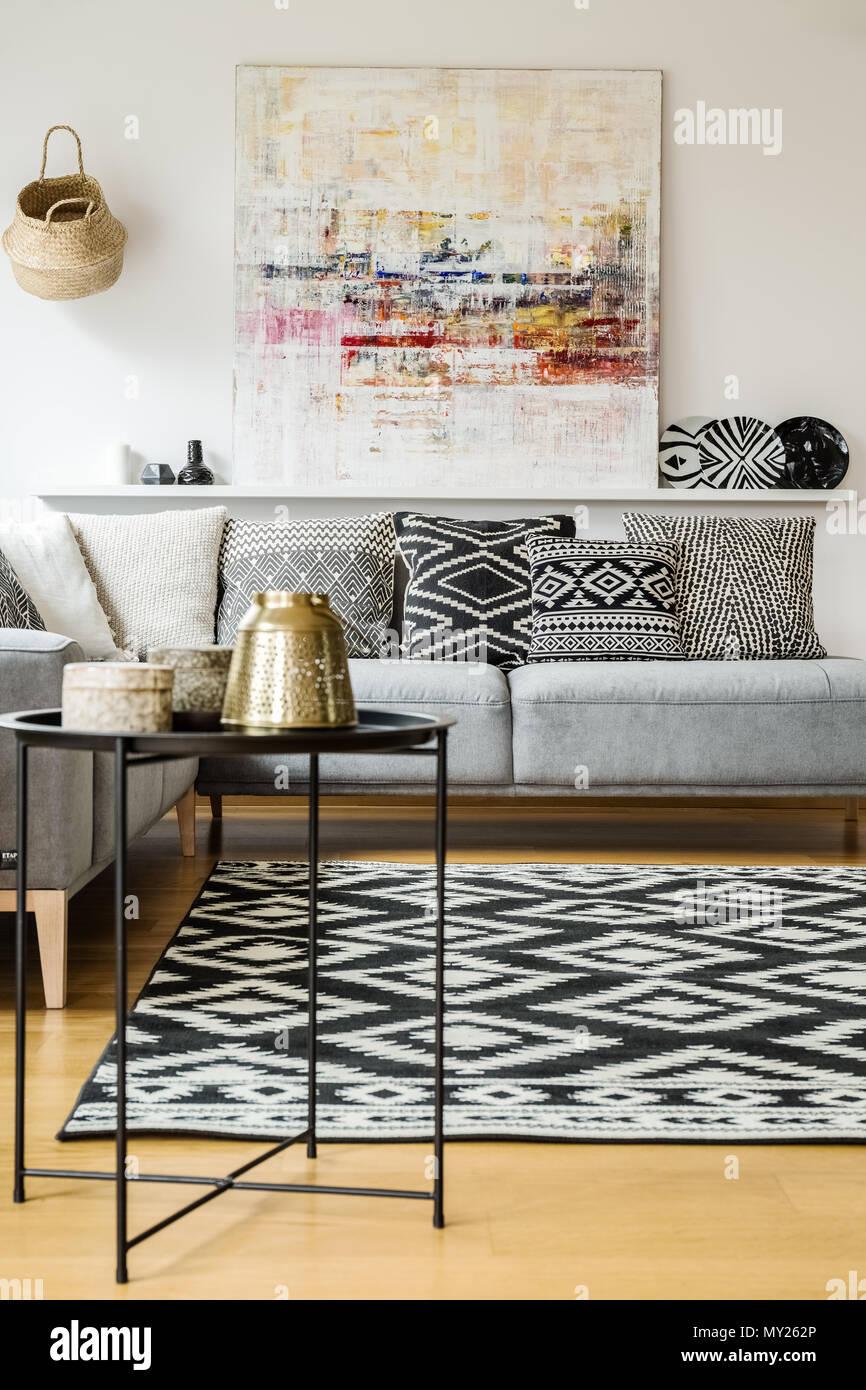 Gemusterten Teppich Und Polster Auf Grau Sofa In Einem Modernen Wohnzimmer  Einrichtung Mit Der Malerei. Real Photo