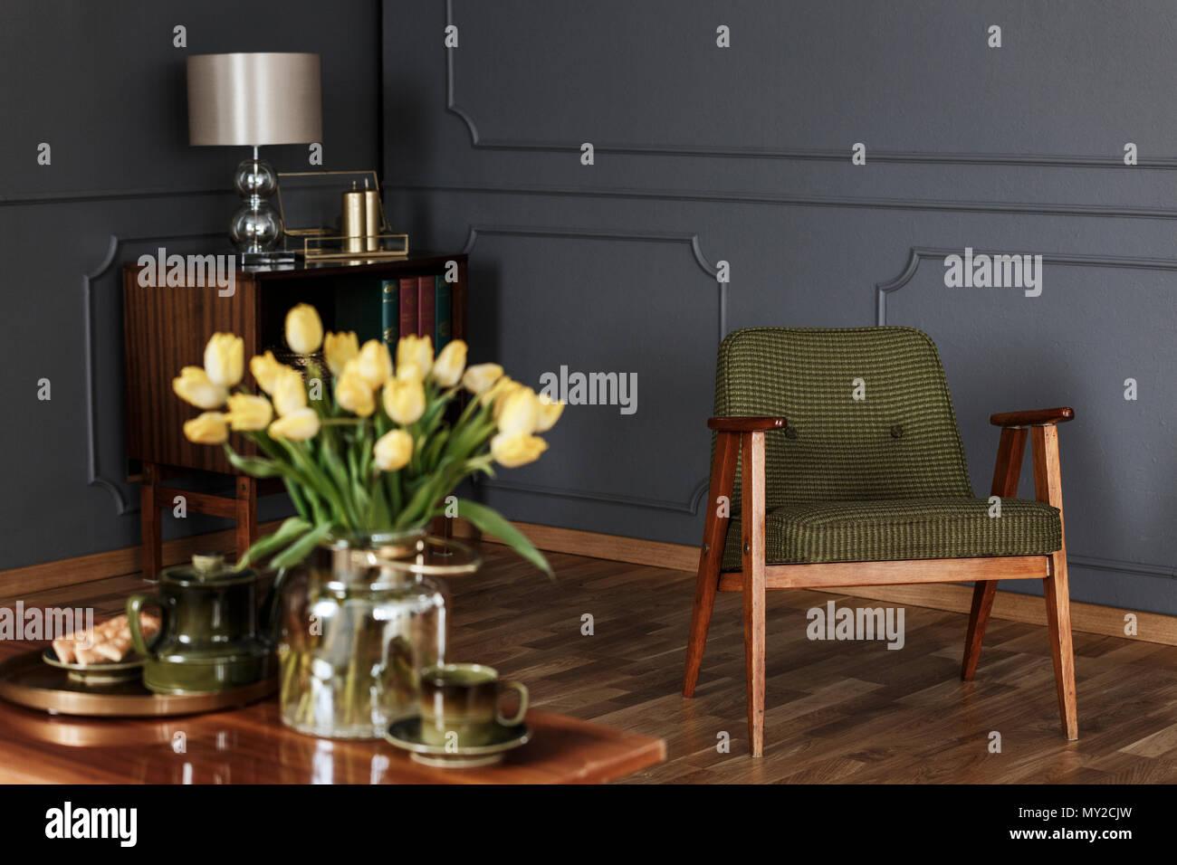 holz schrank wohnzimmer einrichtung, real photo eines grünen, altmodischen sessel im wohnzimmer, Design ideen