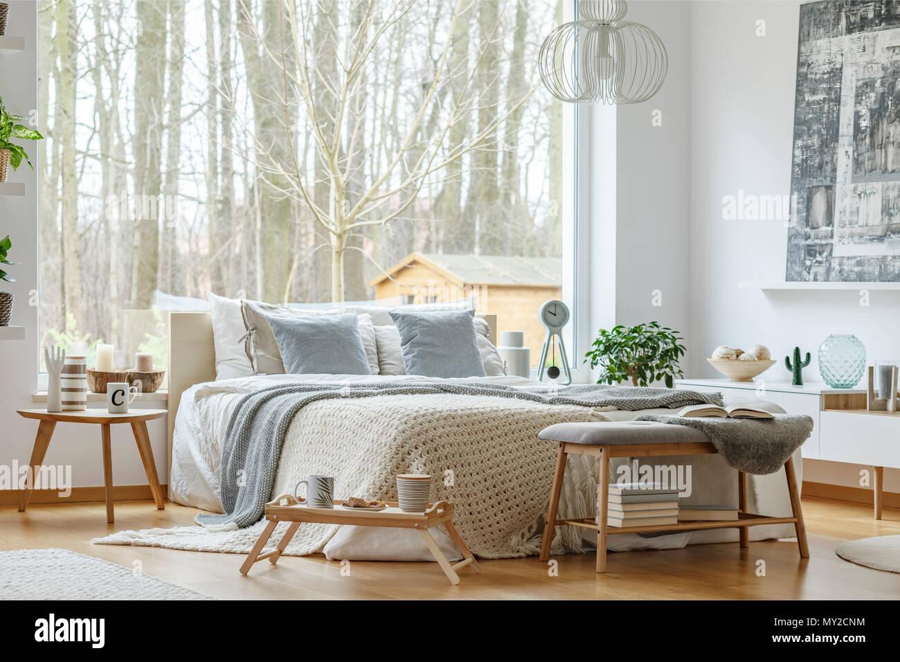 King Size Bett Mit Weißer Und Grauer Bettwäsche Große Fenster Und