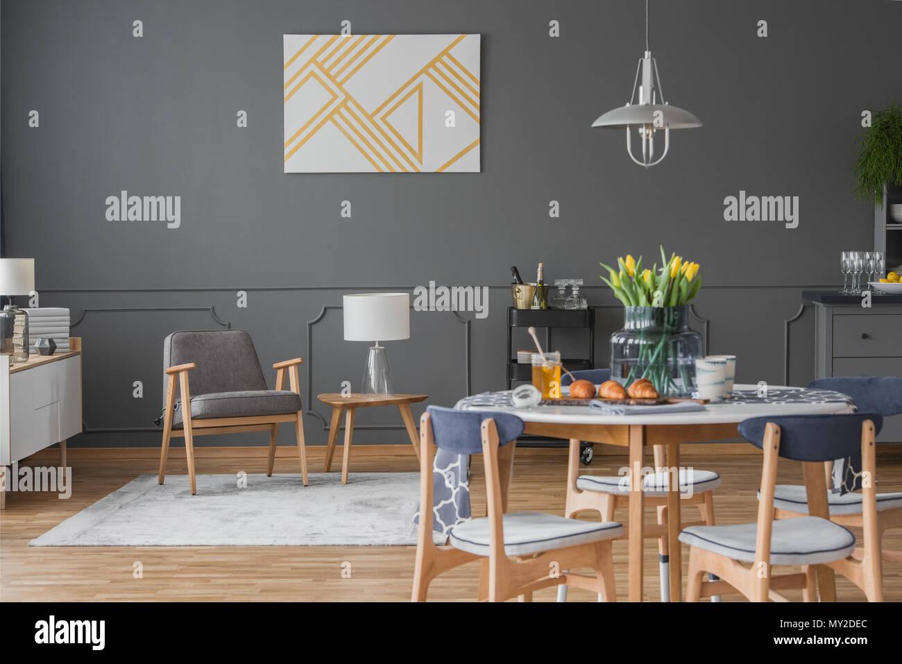 Gelbe Anstrich Auf Graue Wand Uber Holz Sessel In Geraumige