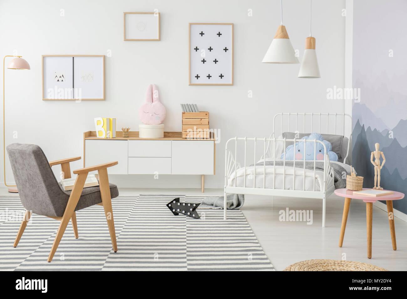 Rosa Und Grau Holz Sessel In Girlu0027s Schlafzimmer Innenraum Mit Mockup Von  Leeren Plakat