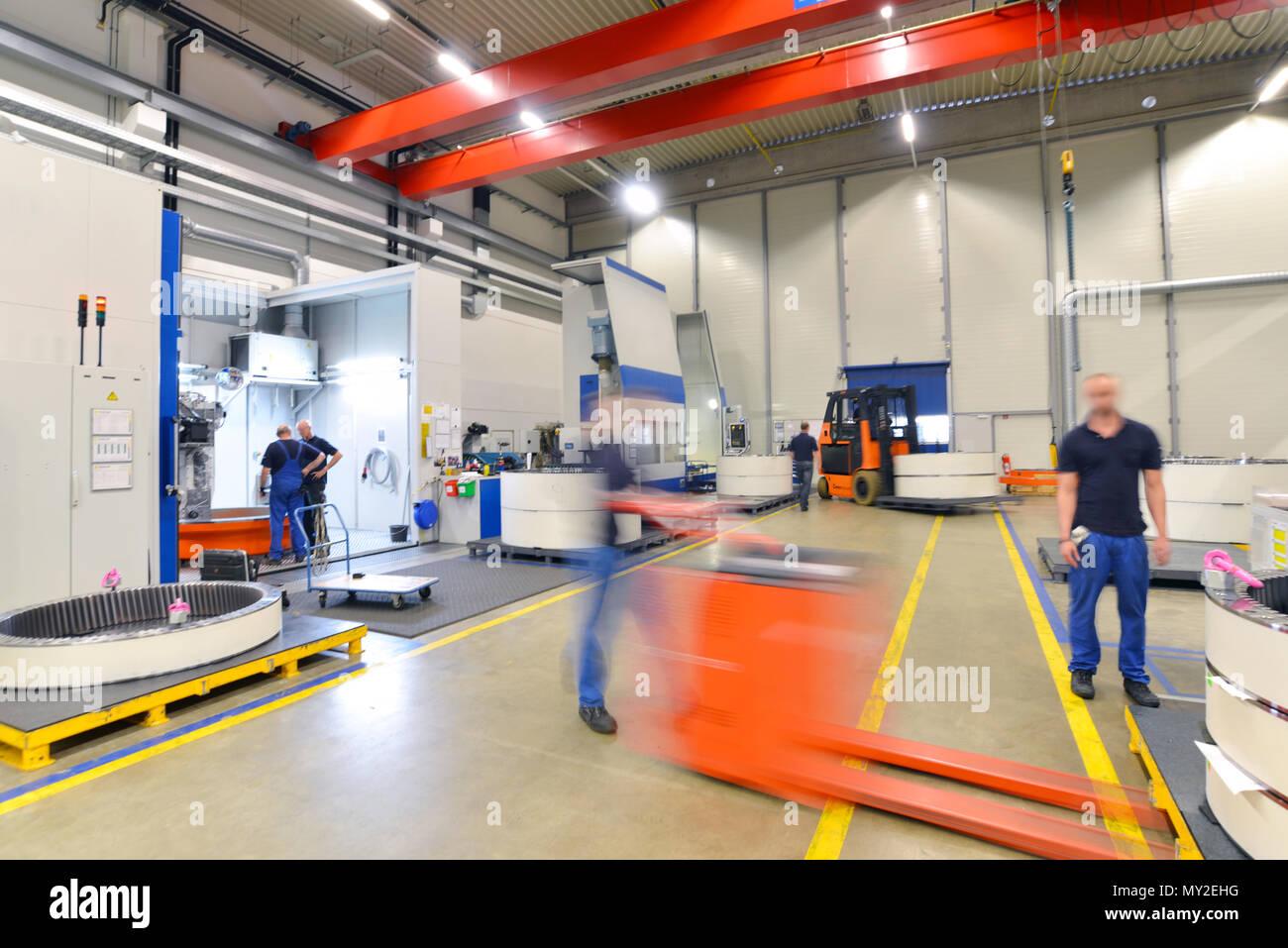 Werk des modernen Maschinenbaus - Produktion von Getrieben für Windkraftanlagen - Stapler Transport Stockfoto