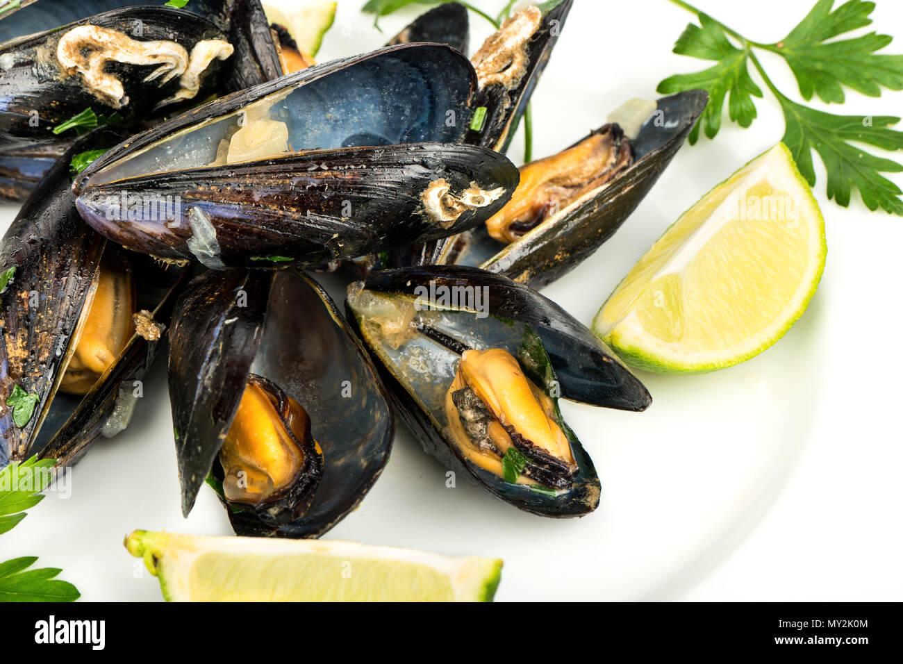 Köstlich zubereiteten Muscheln mit Kalk auf einem Teller, close-up Stockbild