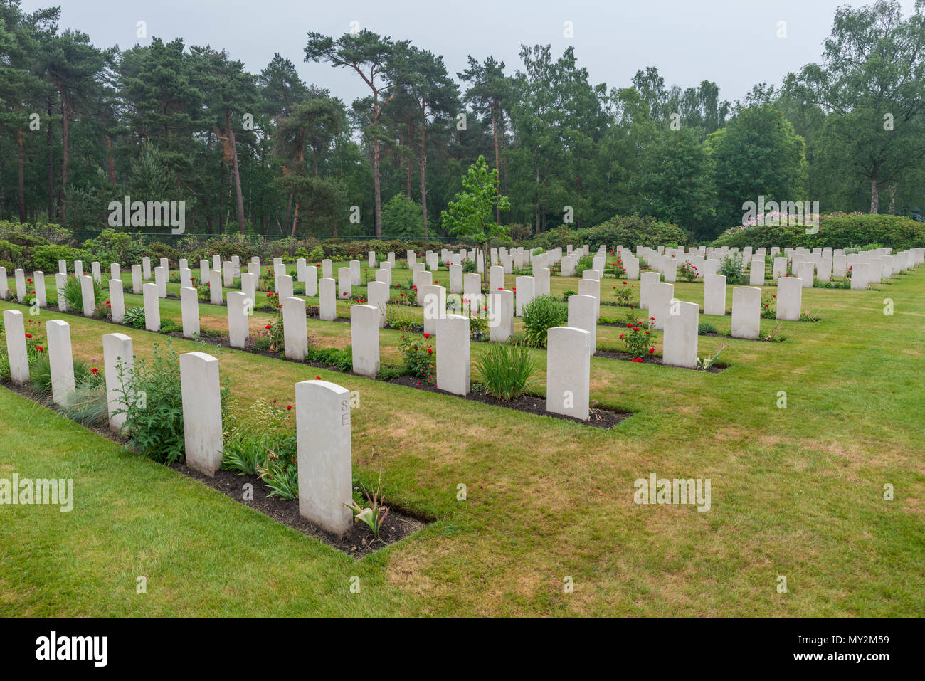 Holten, Niederlande - Juni 01, 2018: gepflegte Gräber von Gefallenen kanadische Soldaten während des Zweiten Weltkriegs auf der kanadischen Krieg Friedhof in Holland Stockbild