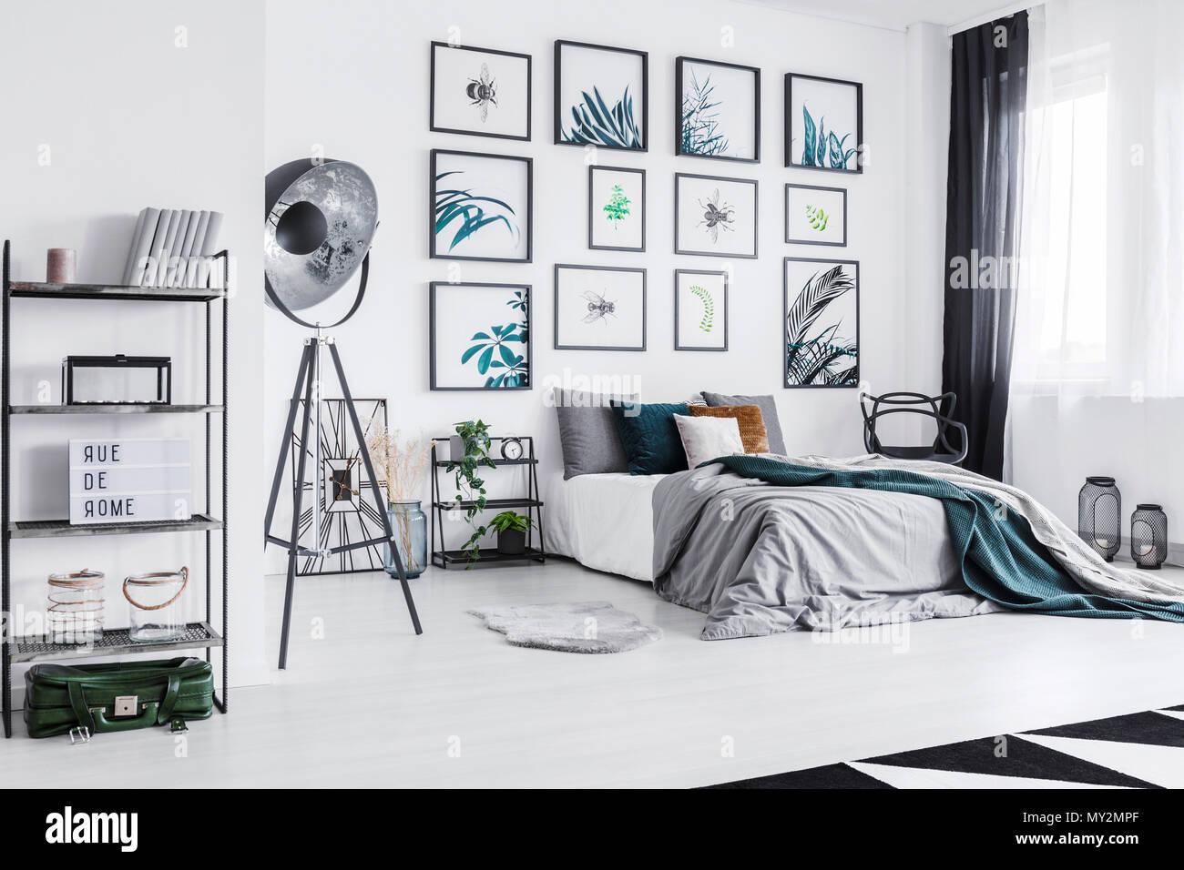 Real Photo Eines Gemutlichen Bett Neben Einem Schwarzen Lampe In