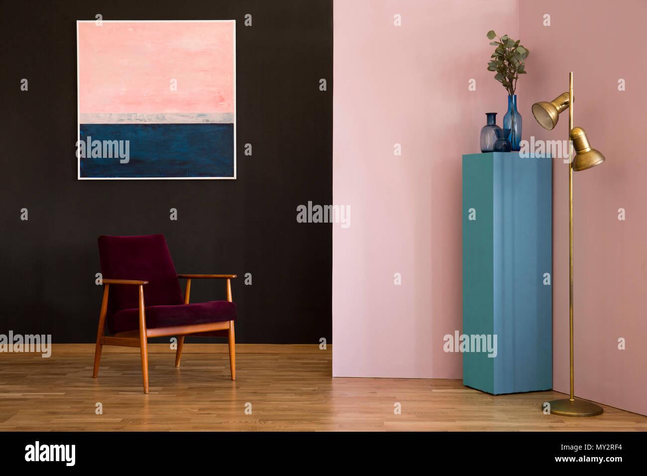 Rot Velours Sessel gegen schwarze Wand mit Pastell Malerei im ...
