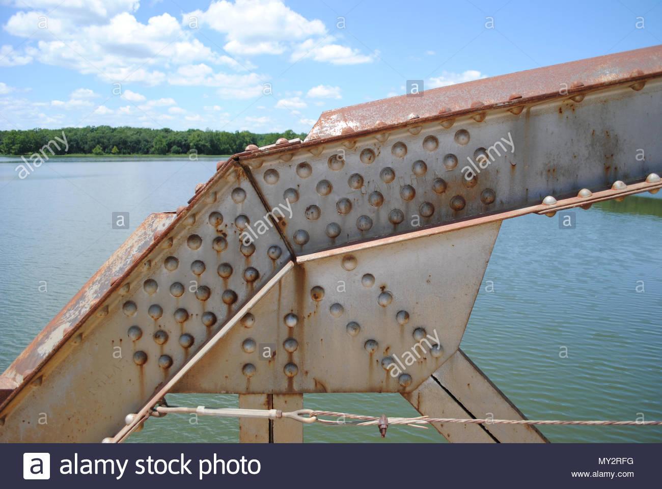 Versteifungsplatte auf der Brücke. Brücke Versteifungsplatte. Genieteten Versteifungsplatte auf Stahl Räumerbrücke in Kansas. Nieten, Nietköpfe, Versteifungsplatte, ich Balken. Rost Stockbild