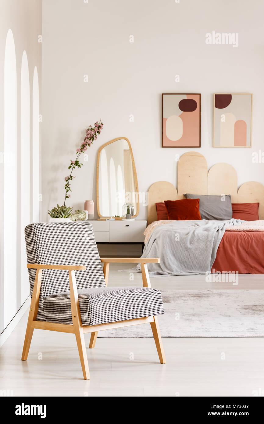 Gemusterte Sessel Aus Holz In Hellen Orange Schlafzimmer Innenraum
