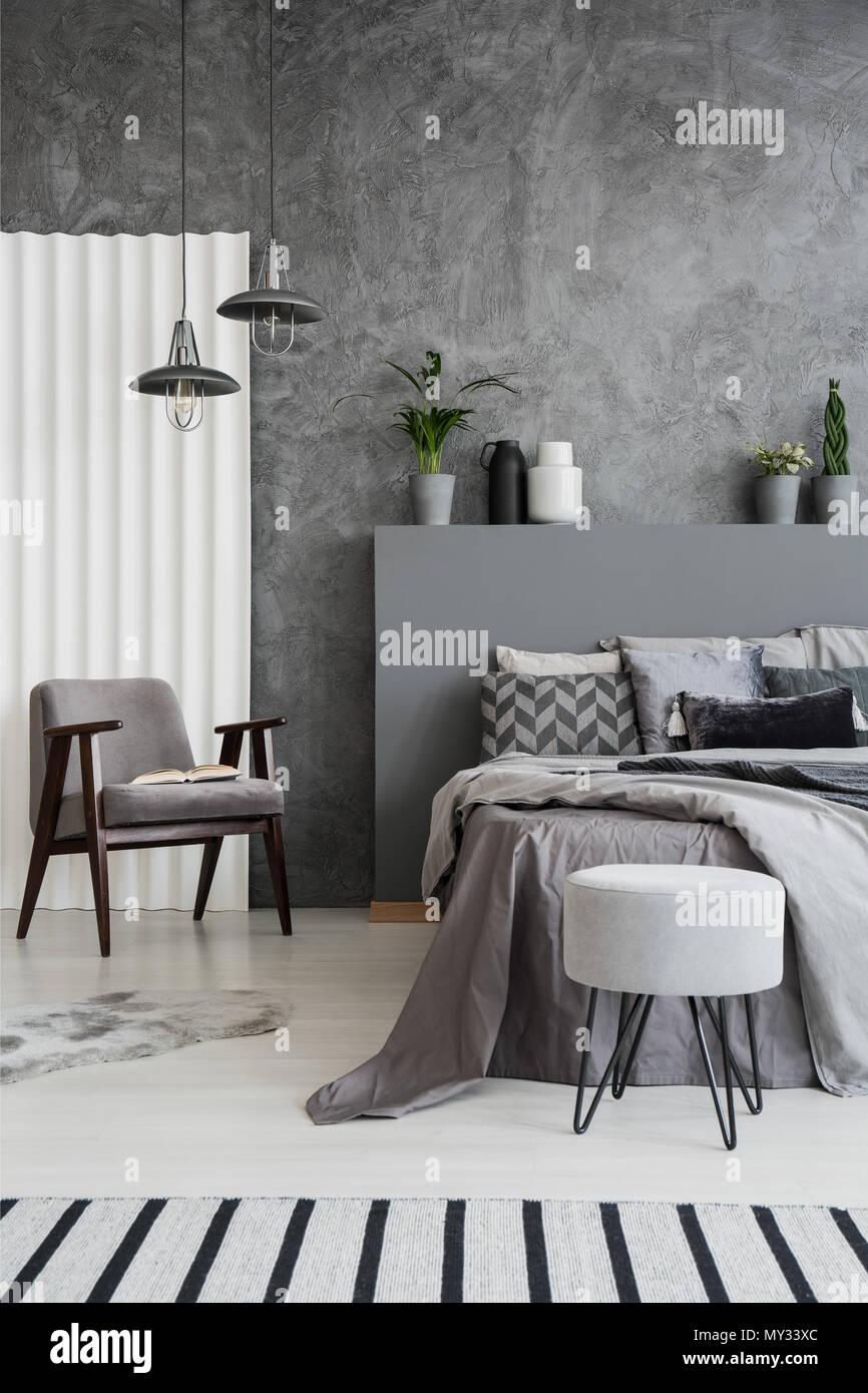 Gestreiften Teppich in grau Schlafzimmer Innenraum mit Sessel neben ...
