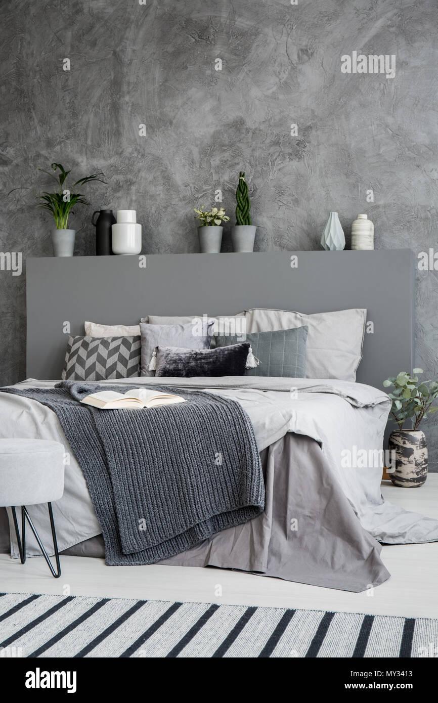 Dunkle Decke Auf Dem Bett Mit Kopfteil In Grau Schlafzimmer Innenraum Mit  Beton Wand. Real Photo