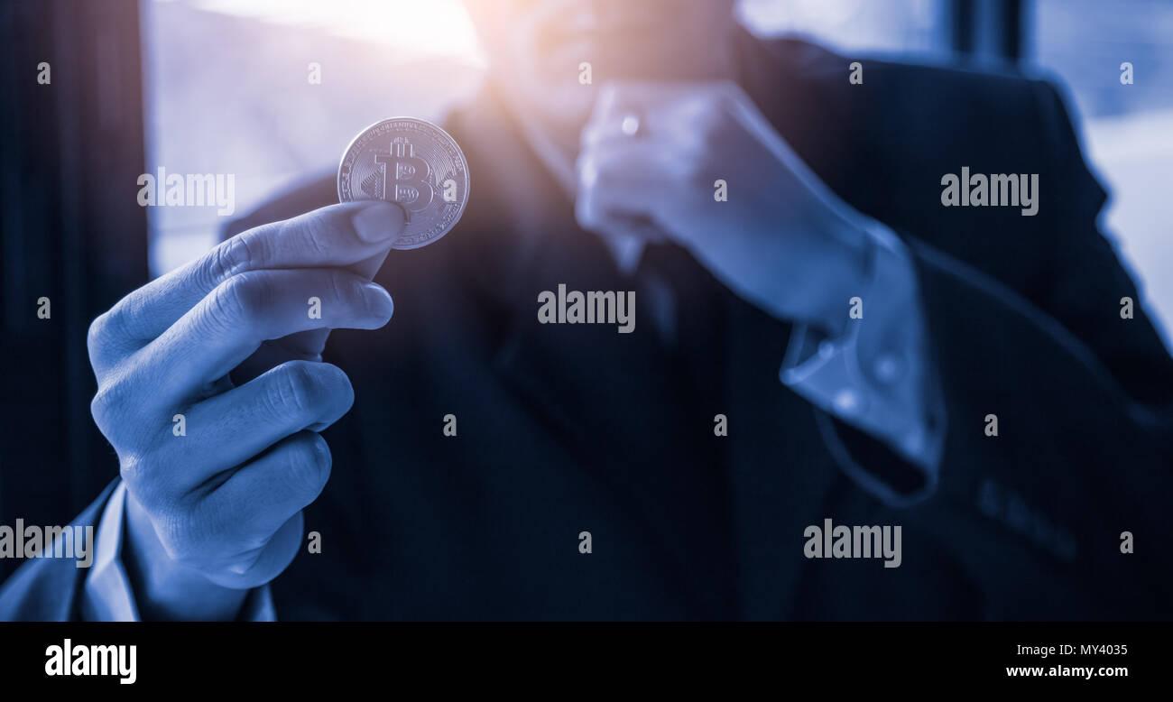 Moderne Art von Austausch und bitcoin ist bequeme Zahlung in der globalen Wirtschaft. Virtuelle digitale Währung und finanzielle Investitionen Handel Konzept. Cr Stockbild