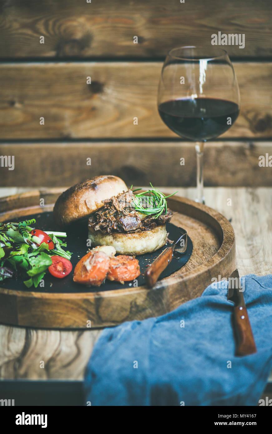 hausgemachte zog Schweinefleisch-Burger mit Krautsalat und Bbq sauce Stockbild
