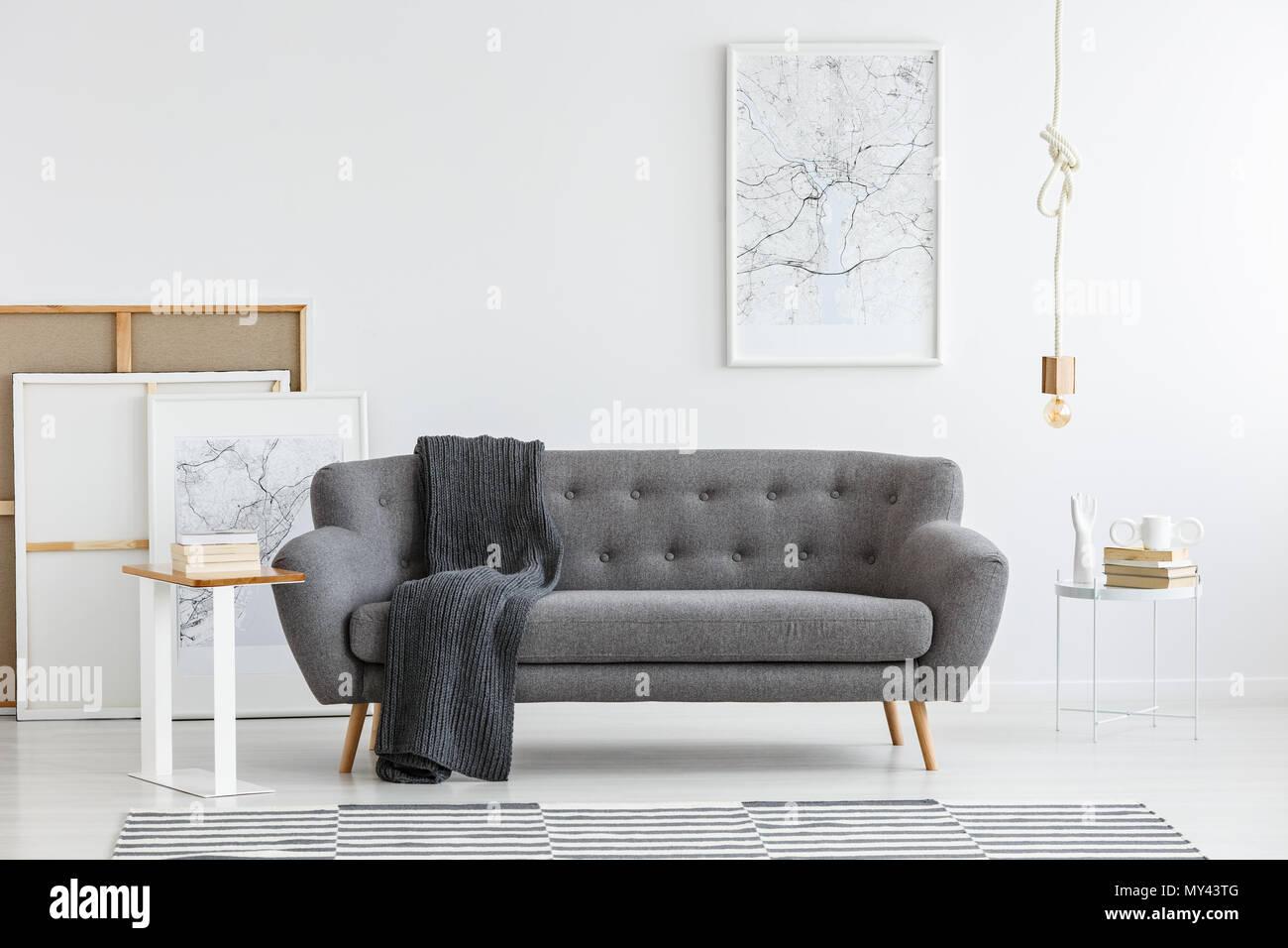 Scandi Wohnzimmer Einrichtung mit Grau, großes Sofa in der Mitte und ...