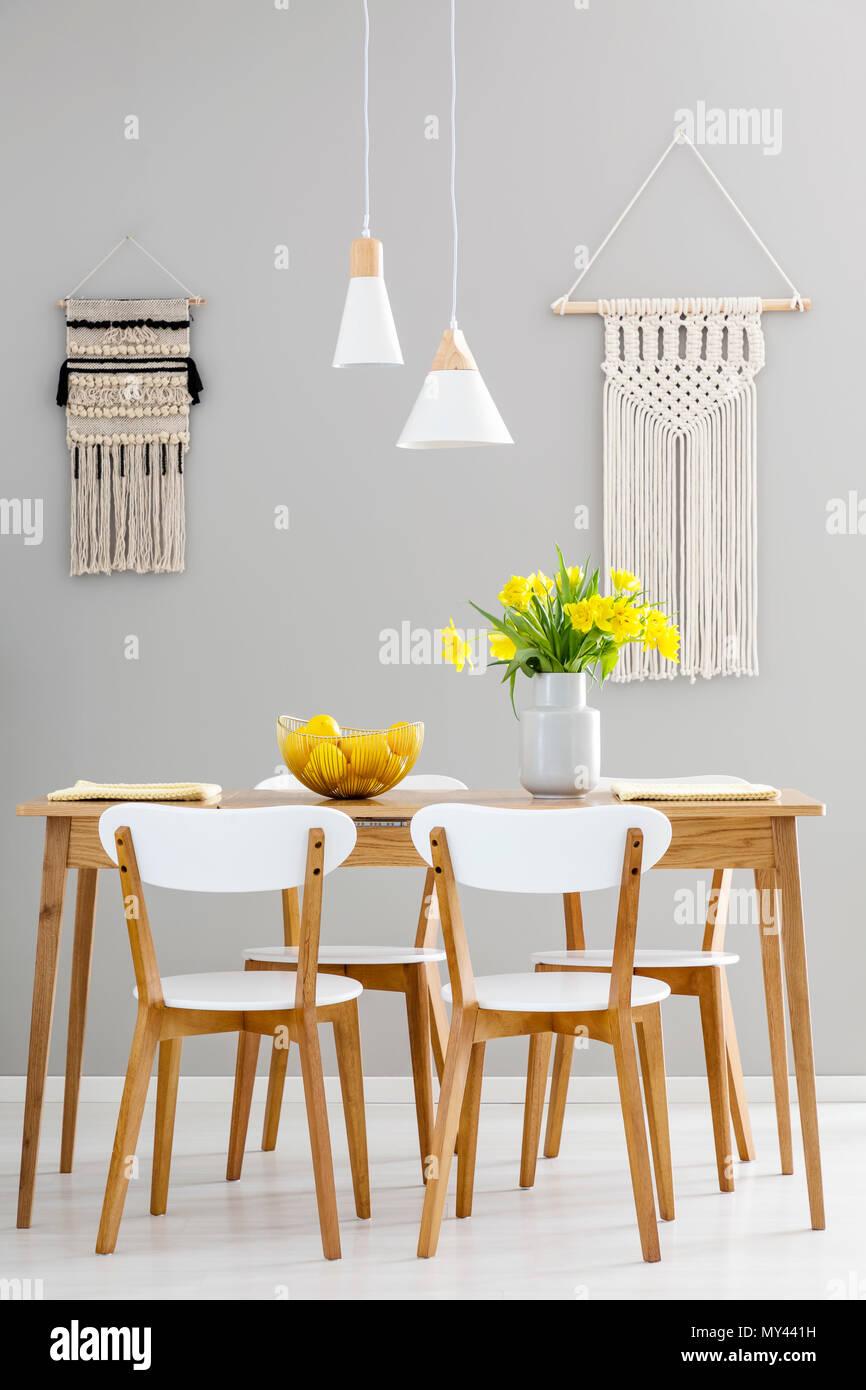 Hölzernen Stühlen Gelben Blumen Den Mit Weißen Grau Tisch An Bedcoxr