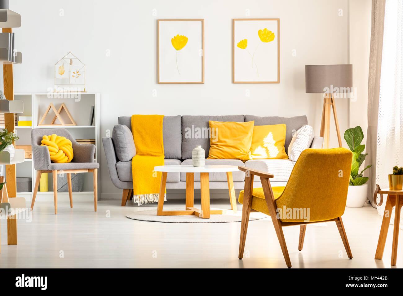 Gelbe Sessel in Weiß Wohnzimmer Interieur mit Poster über graue Sofa ...
