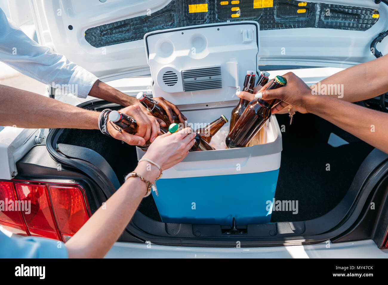 Kleiner Tragbarer Kühlschrank : Der leute die flaschen bier von tragbaren kühlschrank