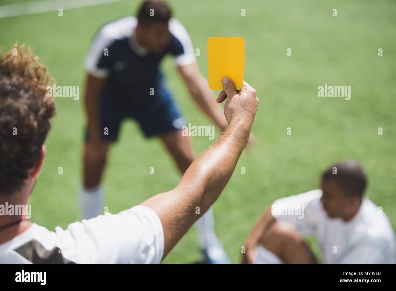 Ruckansicht Des Fussball Schiedsrichter Mit Gelb Rote Karte