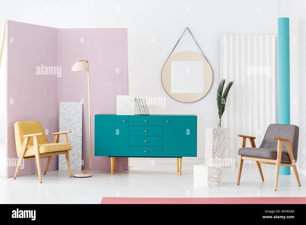Modernes wohnzimmer interieur mit zwei sesseln pastell rosa lampe