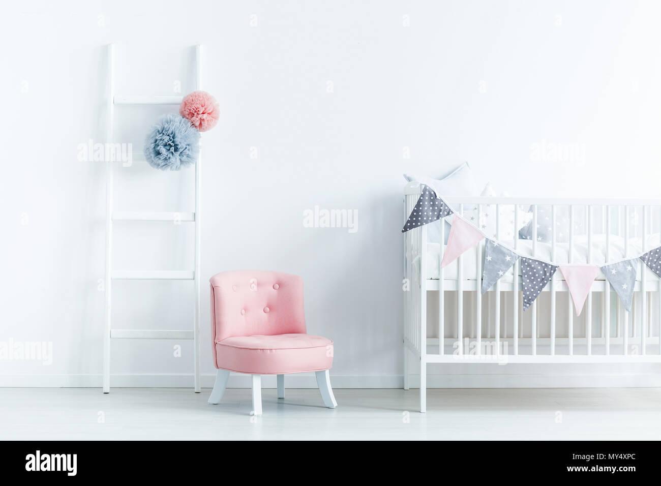 Schlafzimmer Stuhl | Rosa Stuhl Neben Weissen Wiege In Der Pastellfarbenen Baby