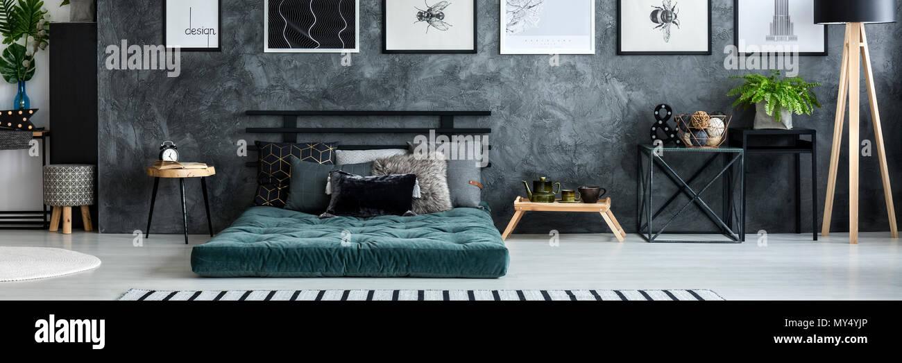 Elegant Einfach Plakate Hängen An Struktur Wand Dunkelgrau Schlafzimmer Innenraum  Mit Frischen Pflanzen, Matratze Mit Kissen Und Kleine Tische