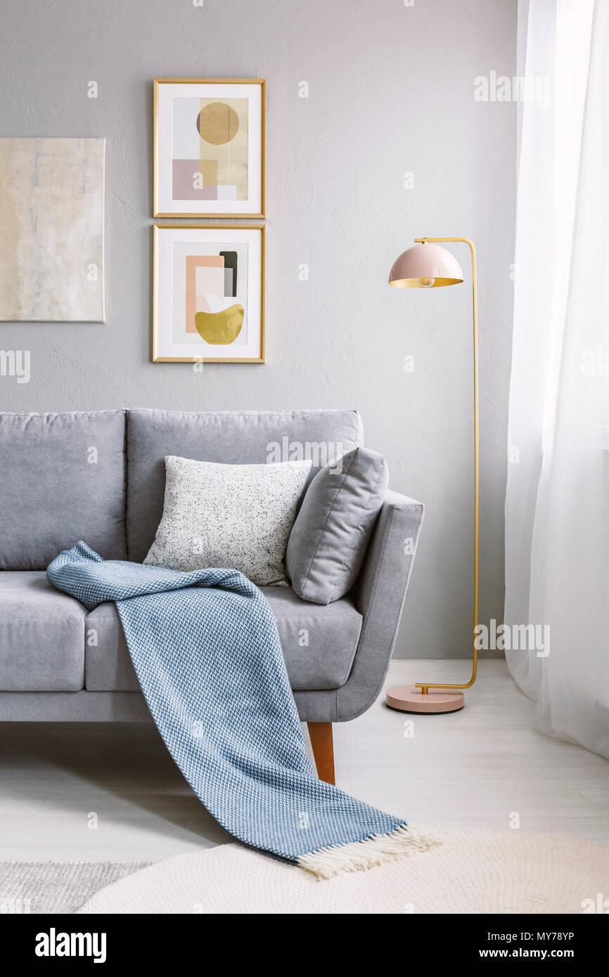 Real Photo Von Einem Grauen Couch Mit Kissen Und Decke Neben Einem
