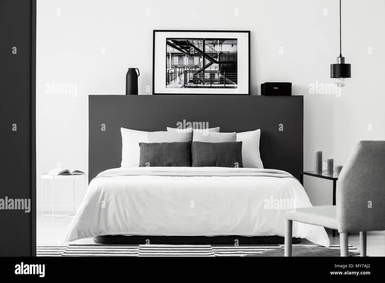 Poster auf Schwarz bedhead der weißen Bett im Gegensatz Schlafzimmer ...