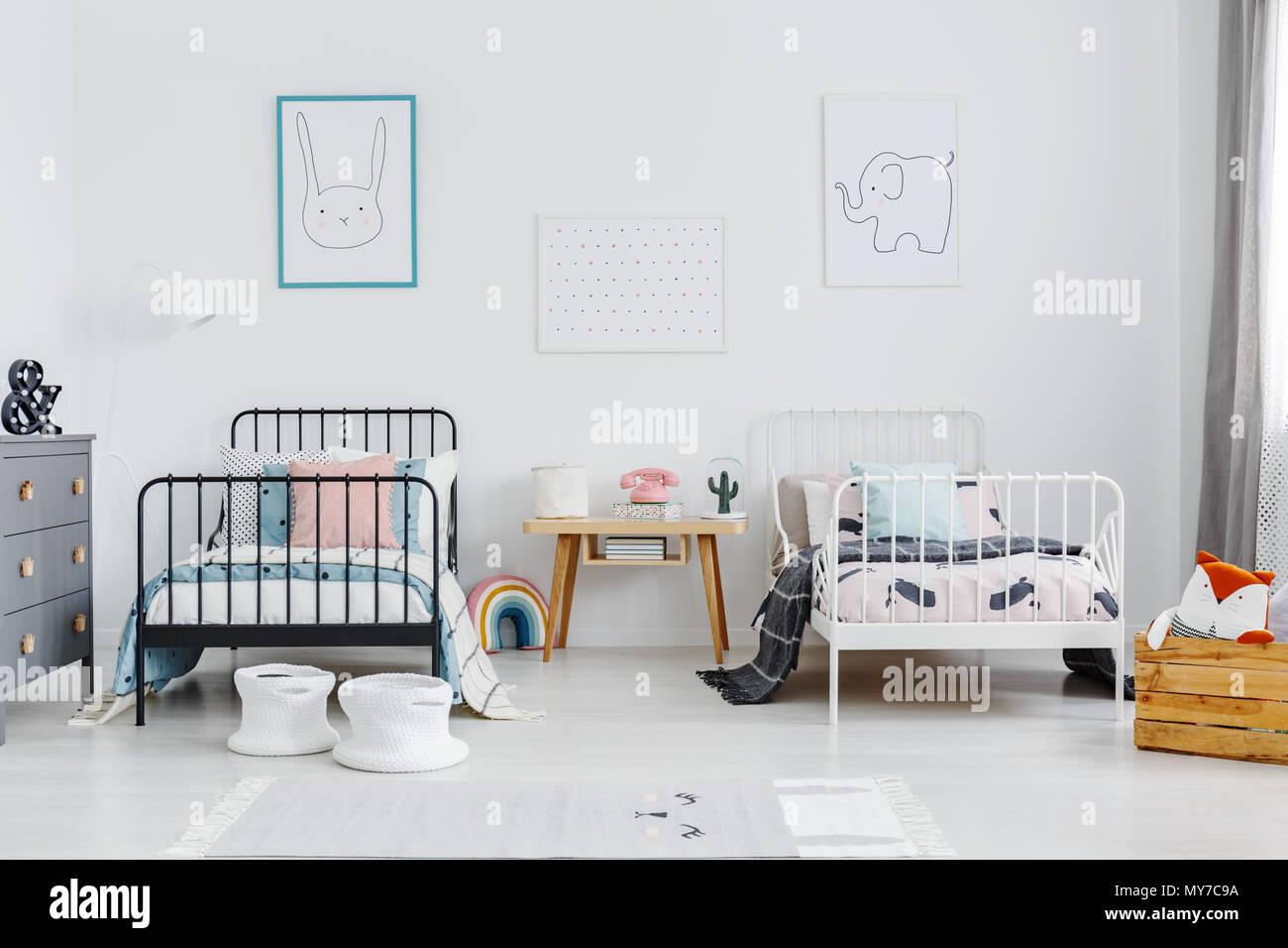 Holztisch zwischen Schwarz und Weiß Bett im Kinderzimmer ...