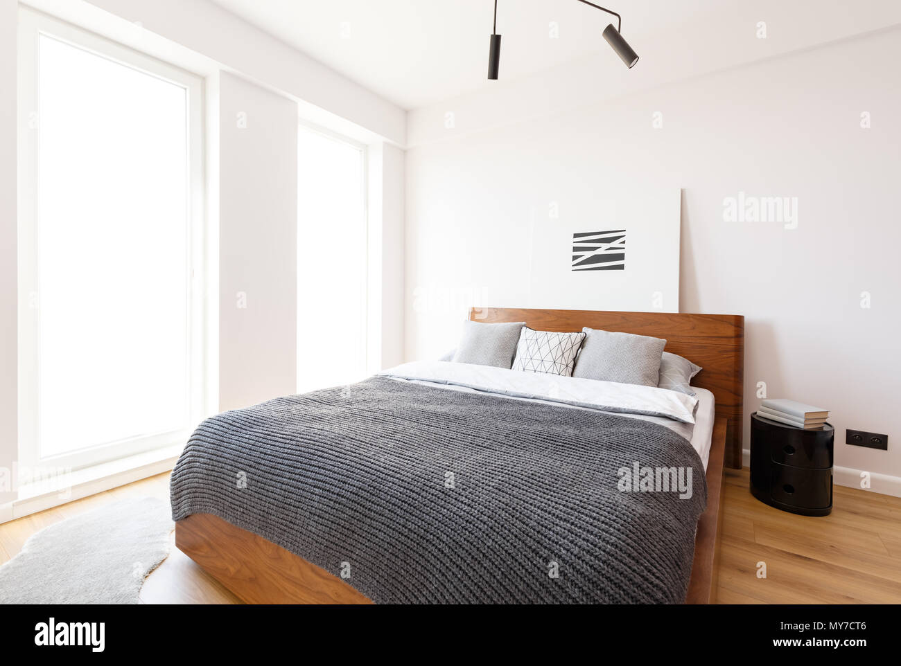 Graue Decke Auf Bett Aus Holz In Weiss Helles Schlafzimmer
