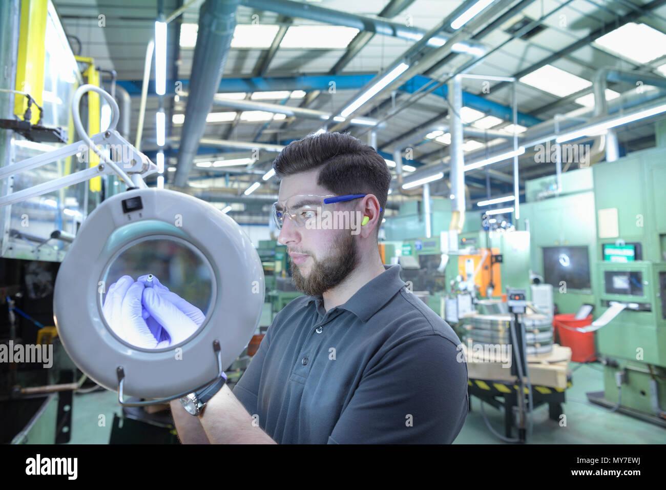 Techniker Prüfung gedrückt Metall an Metall Presswerk Stockbild