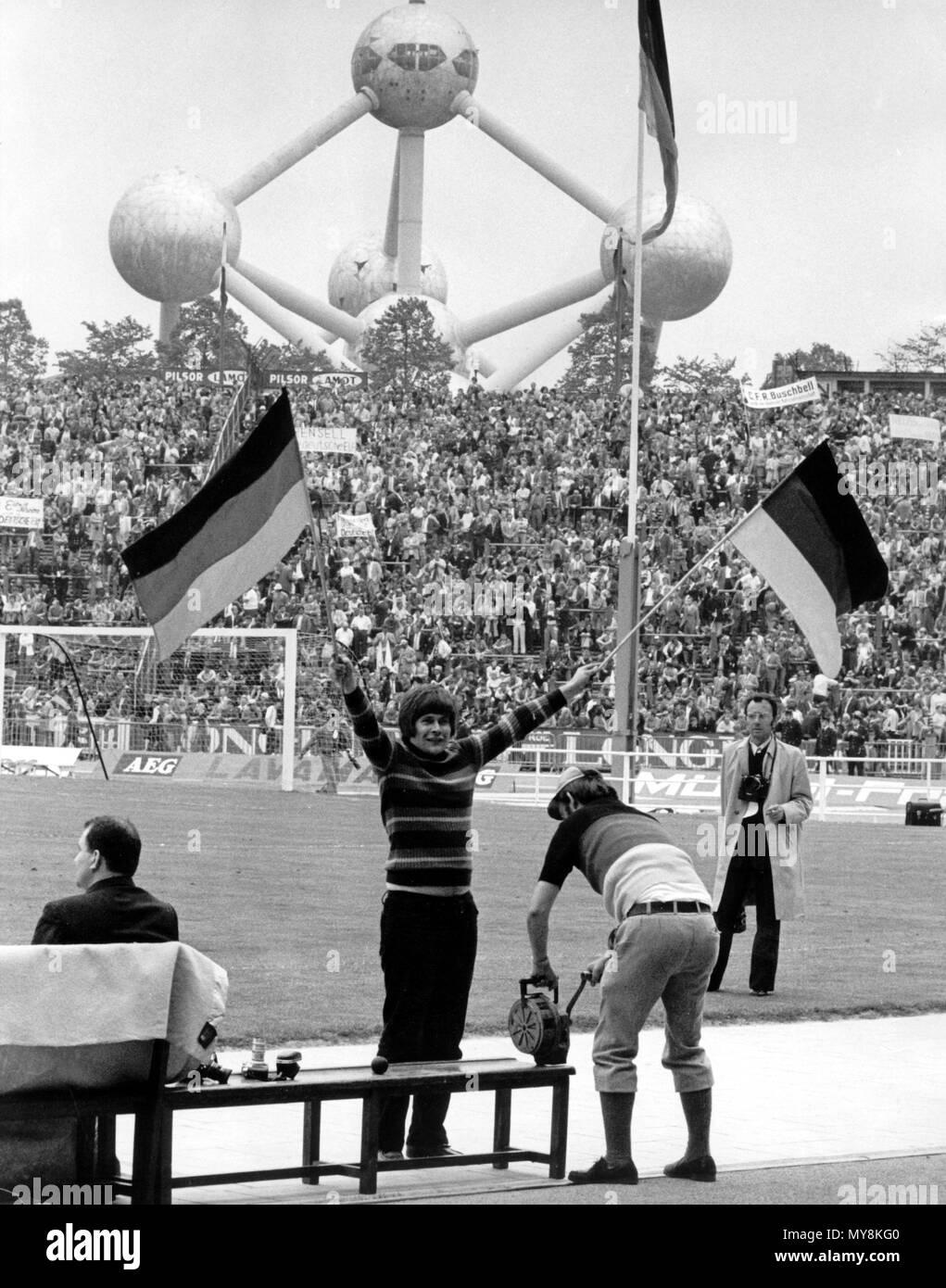 Ein Weiblicher Fan Winken Zwei Deutsche Fahnen Am 18 Juni