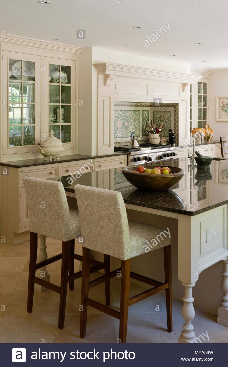 Küche im Landhausstil mit einer Insel Stockbild