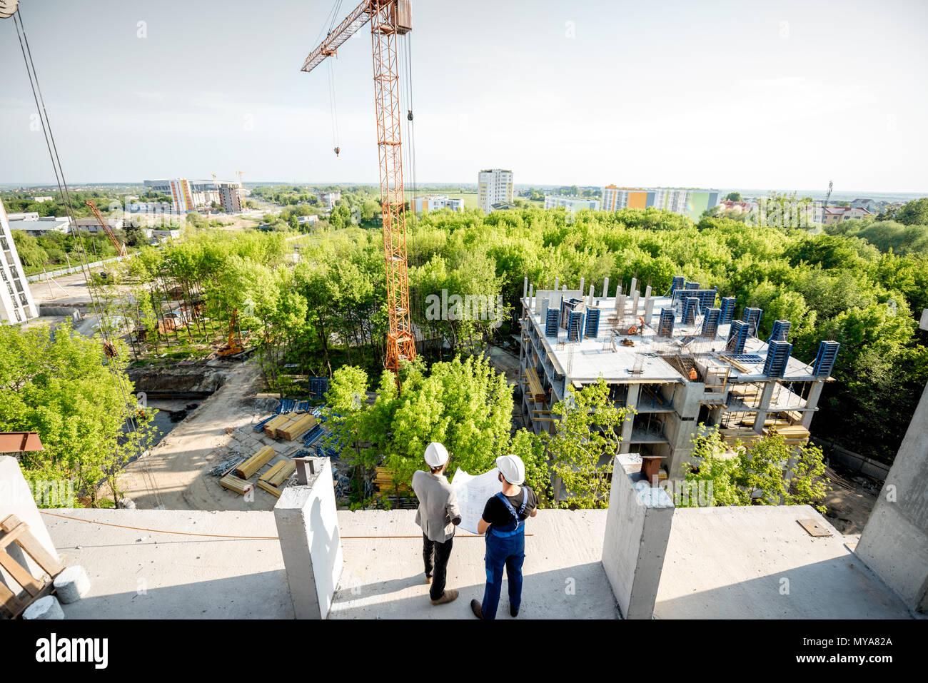 Baustelle mit Arbeiter Stockbild