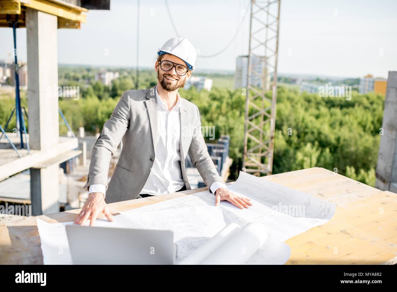 Ingenieur mit Zeichnungen auf die Struktur Stockbild