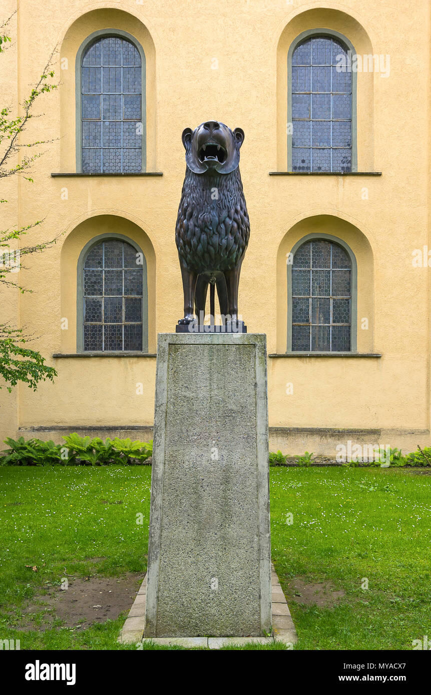 Statue eines Löwen (Kopie der Braunschweiger Löwe) im Innenhof der Basilika St. Martin, Weingarten, Baden-Württemberg, Deutschland. Stockbild