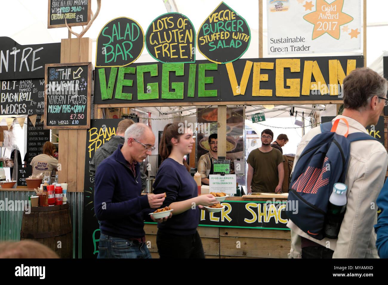 Vegetarier Vegan verzetteln Shack und Personen außerhalb essen in der Hay Festival Food Hall Abschaltdruck am Hay-on-Wye Wales UK KATHY DEWITT Stockbild