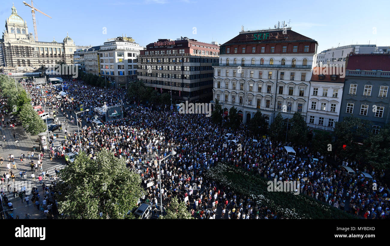 Demonstration gegen Andrej Babis ist abhängig von der kommunistischen Regierung unterstützen, Prag Stockbild