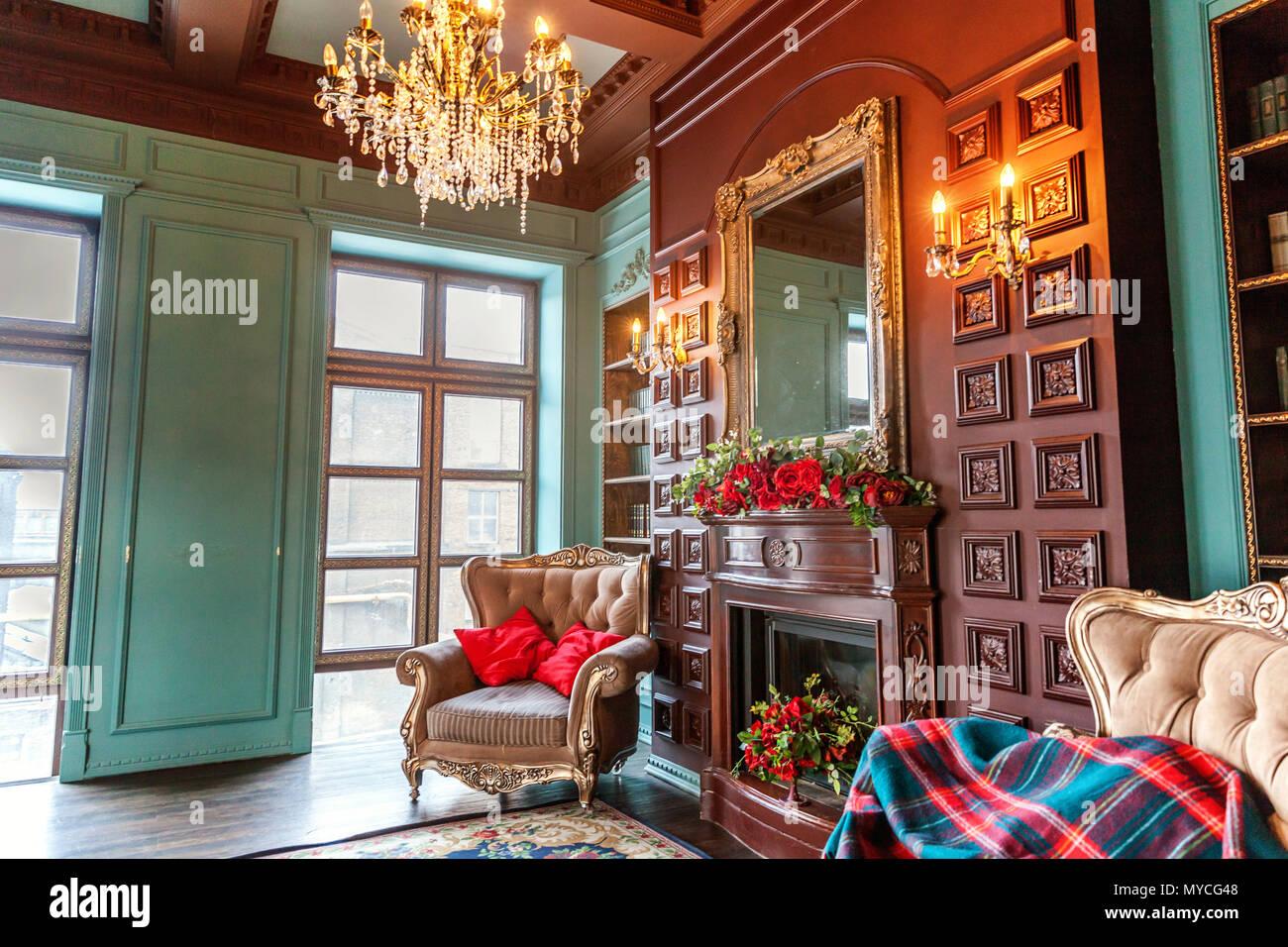 Luxus Klassisches Interieur Home Bibliothek Wohnzimmer Mit Bucherregal Bucher Sessel Sofa Und Kamin Sauber Und Modern Eingerichtet Mit Eleganten F Stockfotografie Alamy