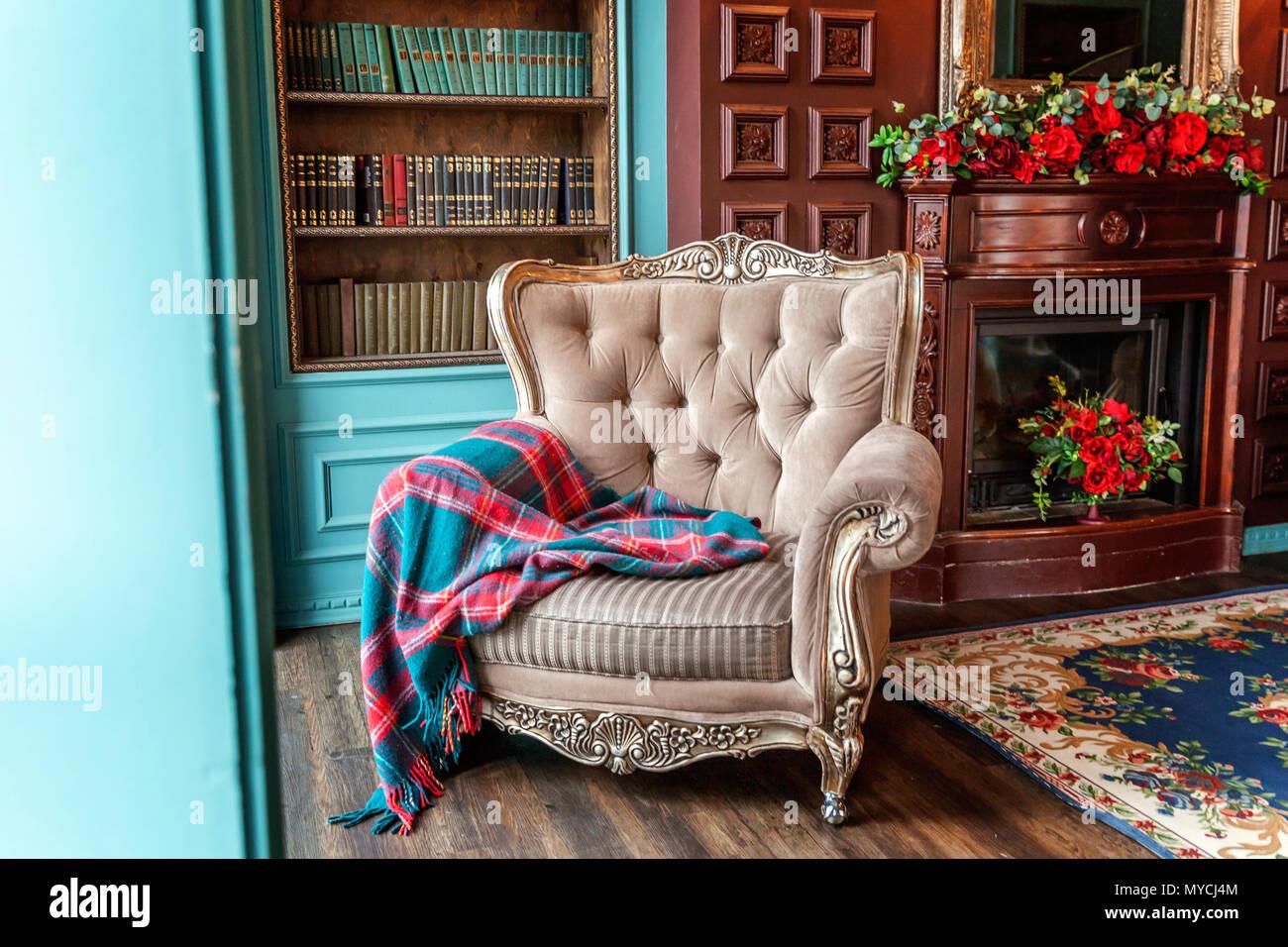 Luxus Klassisches Interieur Home Bibliothek. Wohnzimmer Mit Bücherregal,  Bücher, Sessel, Sofa Und Kamin. Sauber Und Modern Eingerichtet Mit  Eleganten F