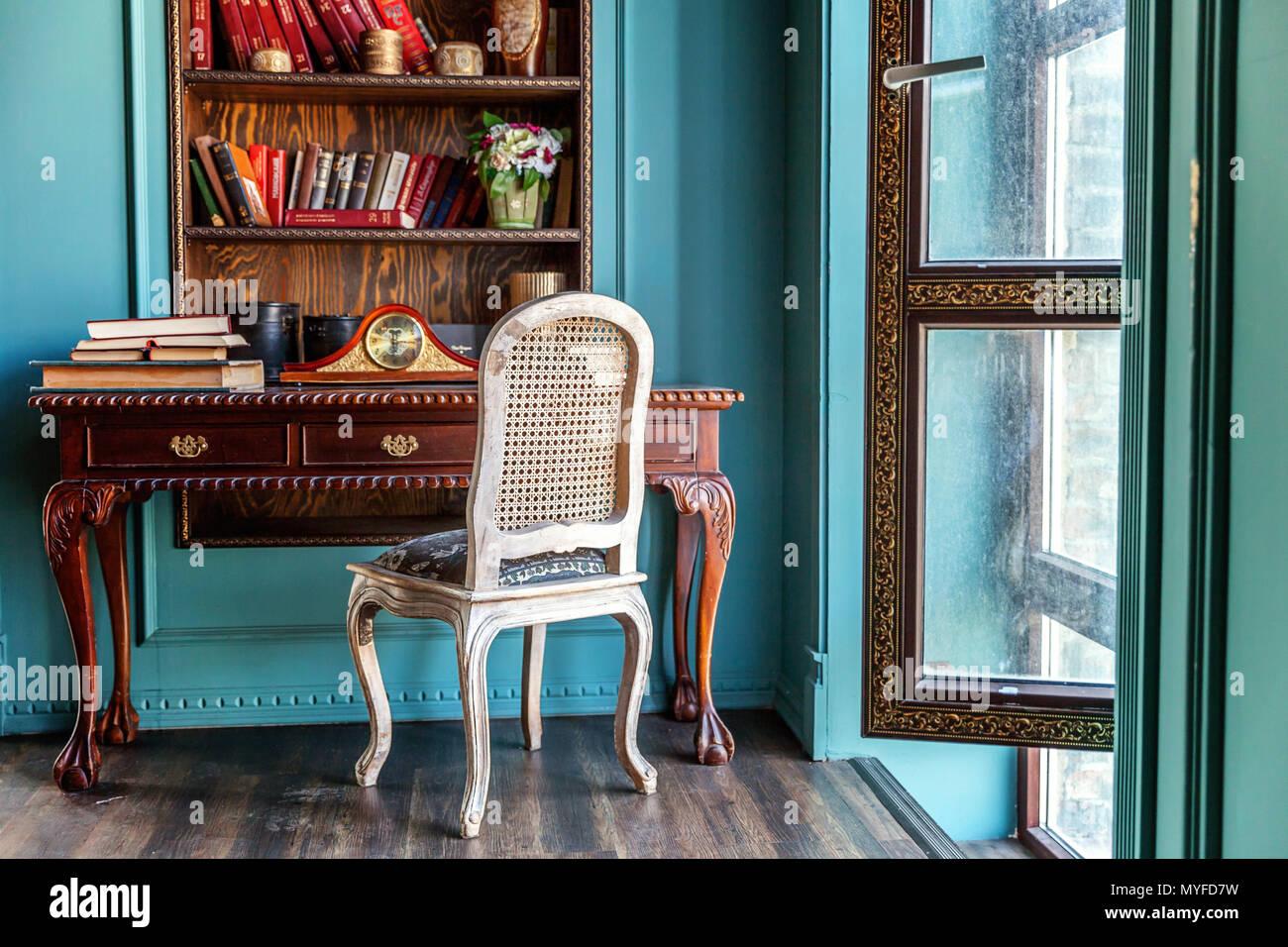 Luxus Klassisches Interieur Home Bibliothek. Wohnzimmer Mit Bücherregal,  Bücher, Tisch Und Stuhl. Saubere Und Moderne Einrichtung Mit Eleganten  Möbeln. Educ