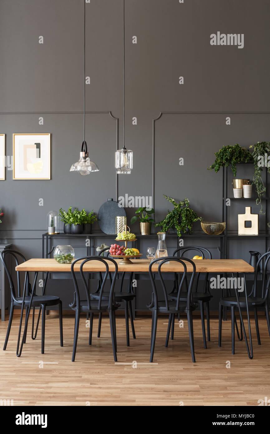 Schwarze Stuhle An Den Holzernen Tisch In Grau Esszimmer Interieur