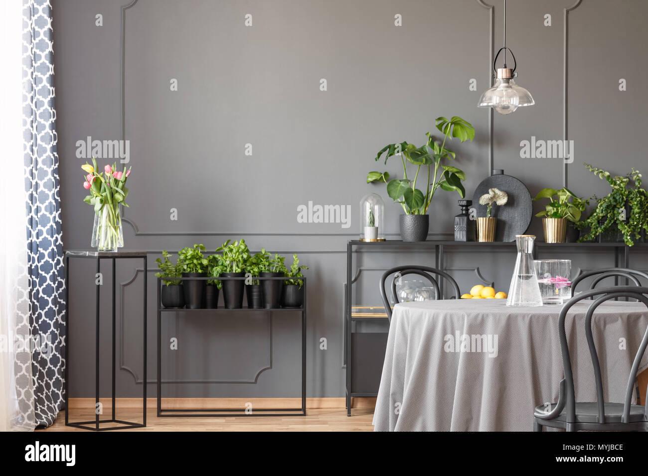 Rosa Blumen Und Pflanzen In Grau Esszimmer Interieur Mit Lampe Uber