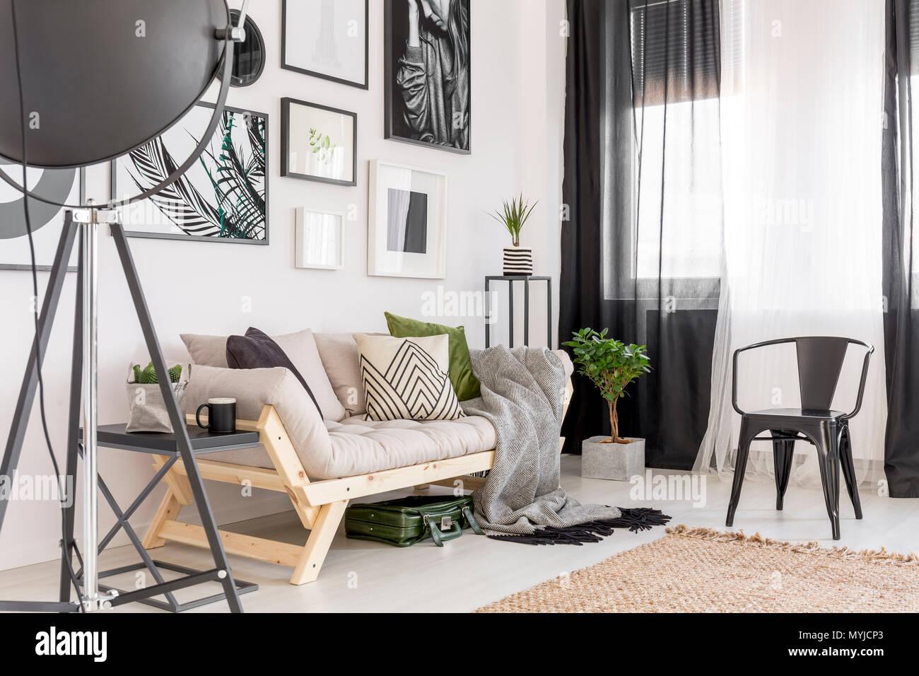 Galerie Der Poster über Dem Sofa Neben Werk Und Schwarzen Stuhl Im