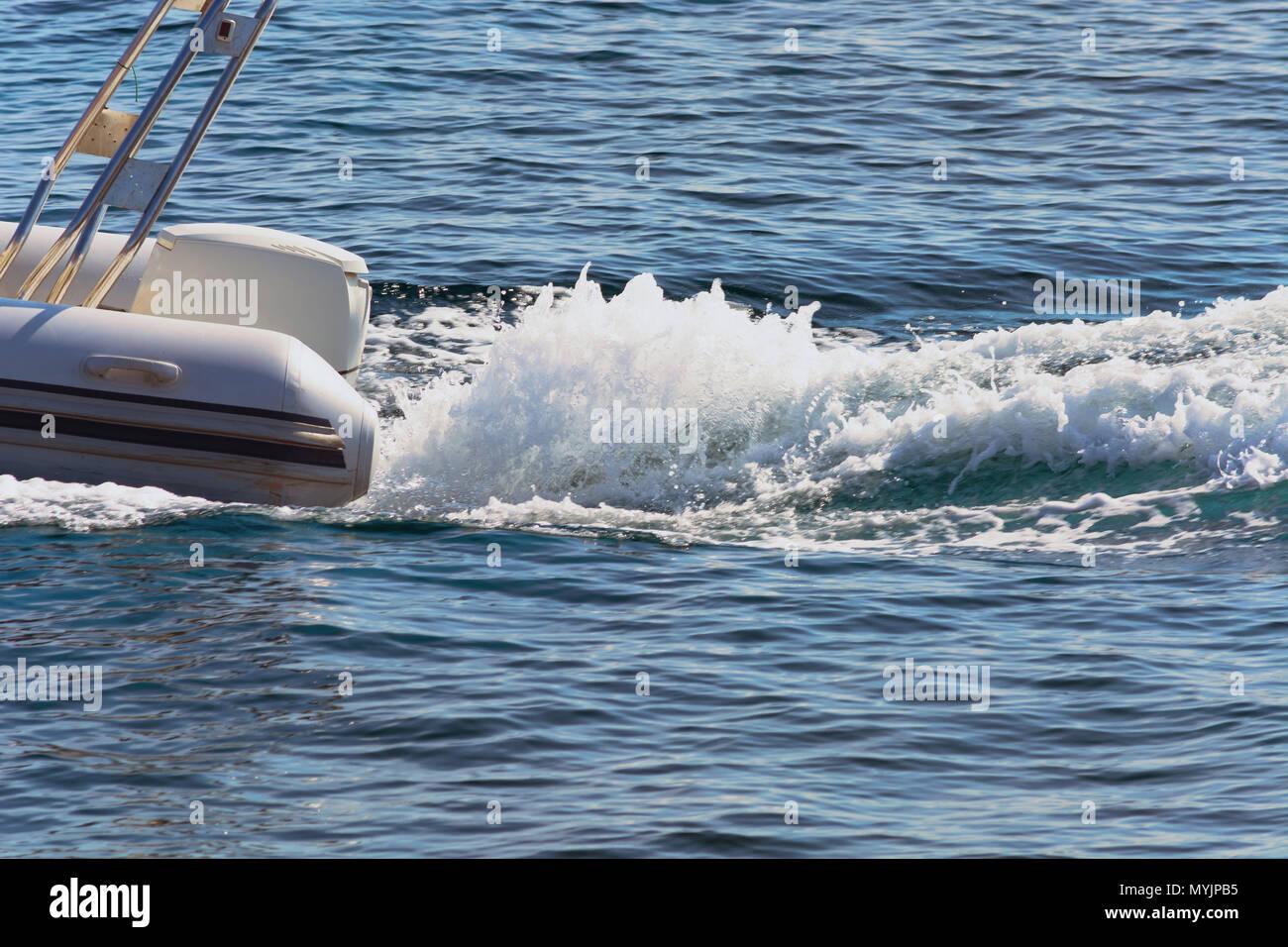 Schlauchboot mit Motor Außenboard in voller Fahrt Stockbild