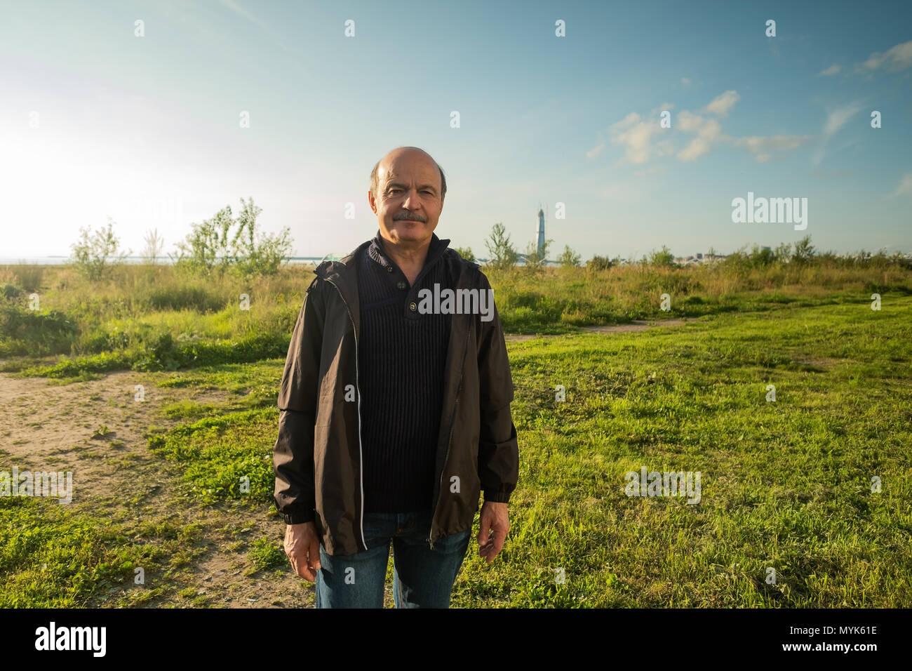 Porträt eines älteren Mannes im freien Stockbild