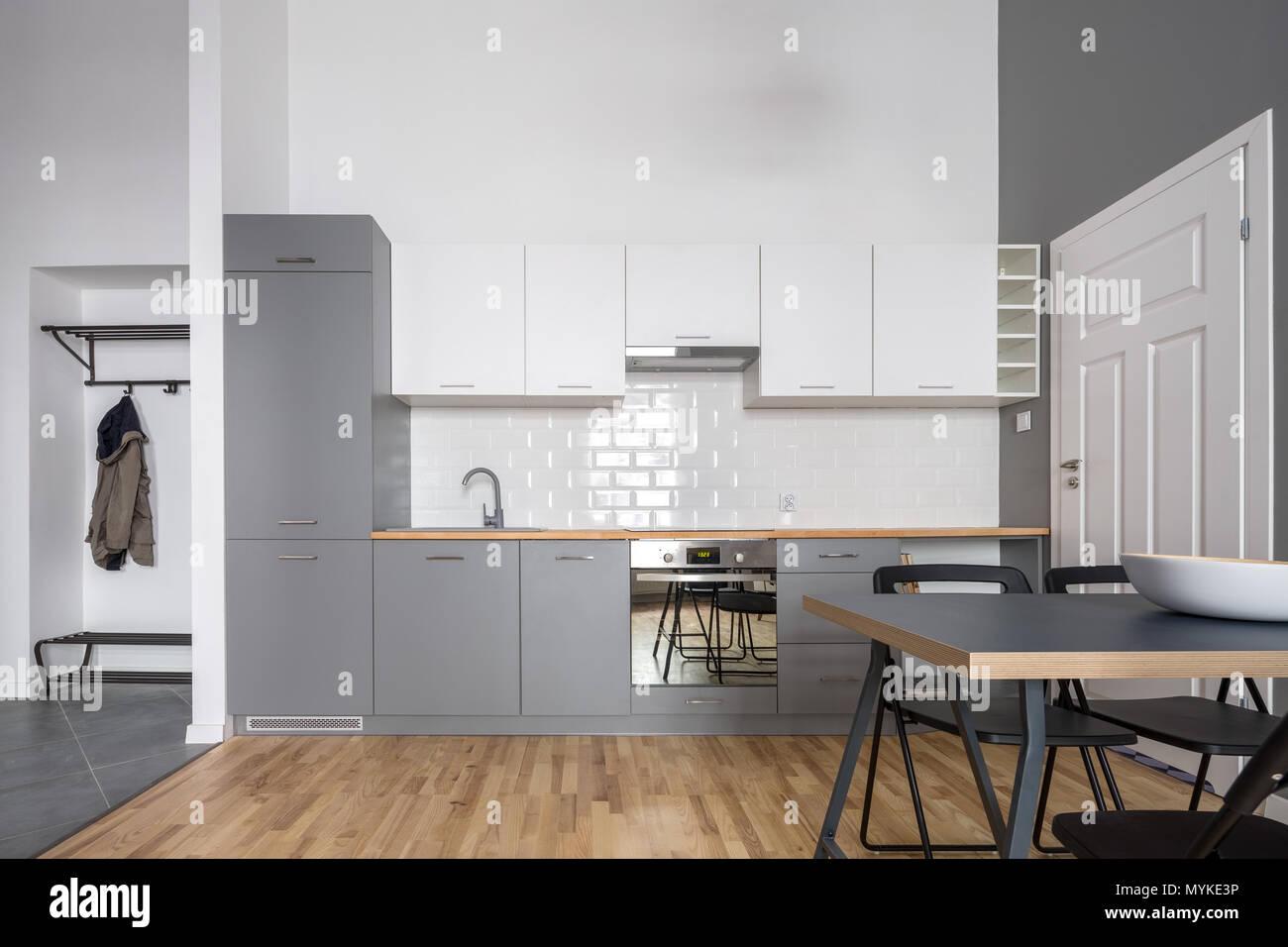 Offene Küche in Grau und Weiß mit Einfache Tabelle Stockfoto, Bild ...