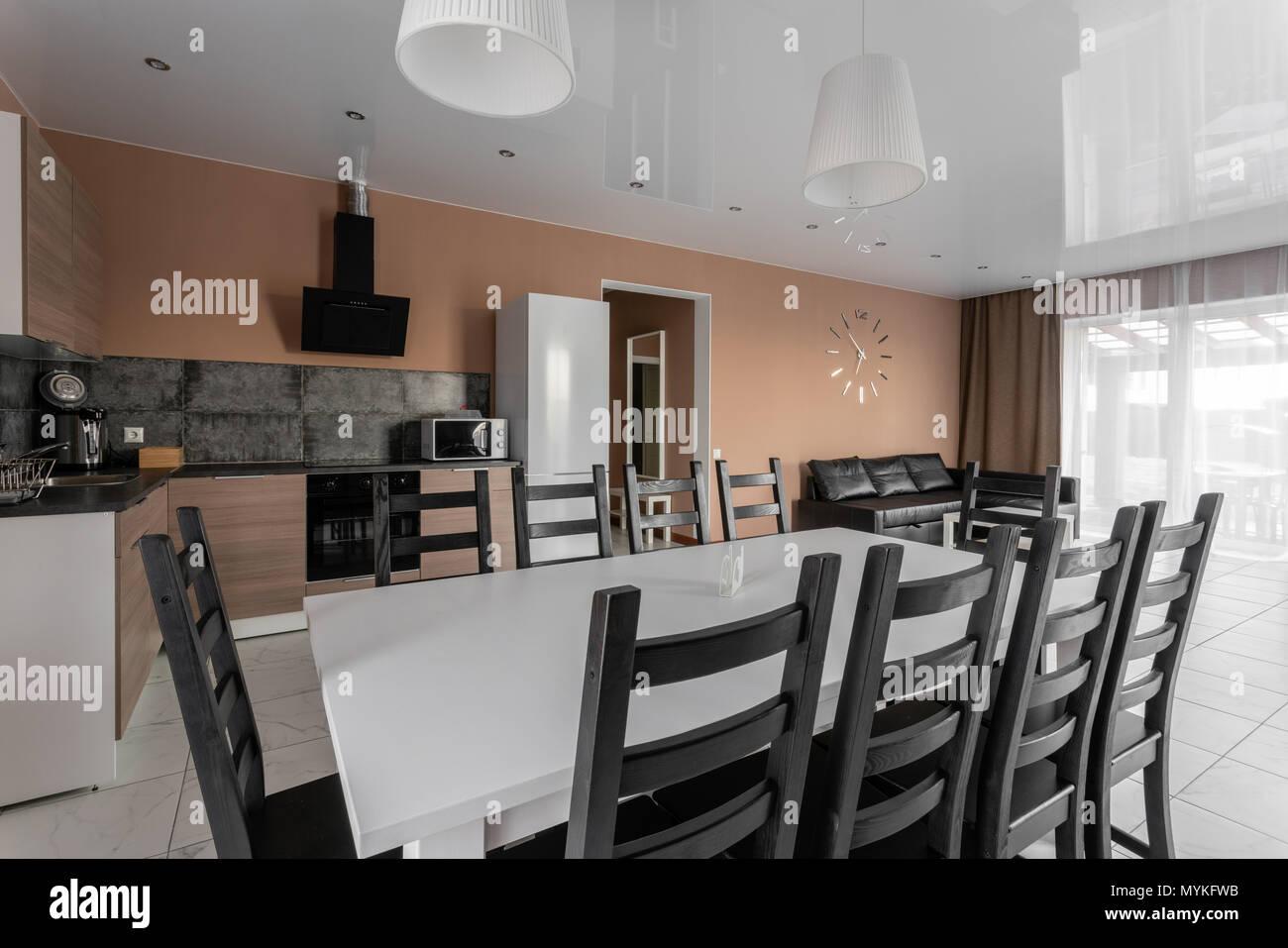 Esstisch Für 10 Personen. Moderner Minimalismus Style Salon Interieur.  Einfache Und Kostengünstige Wohnzimmer Mit Küche. Tageslicht Am Morgen