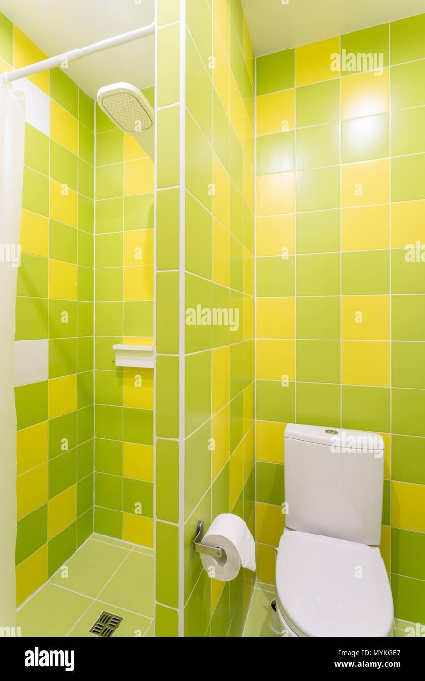 Badezimmer mit Dusche, Toilette und Waschbecken. Hotel standart ...