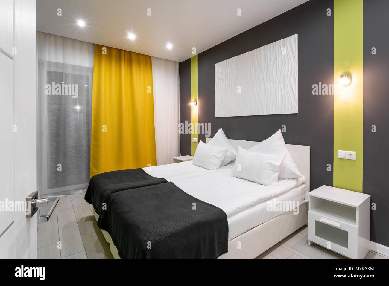 Hotel Standart Zimmer. moderne Schlafzimmer mit weißen Kissen ...