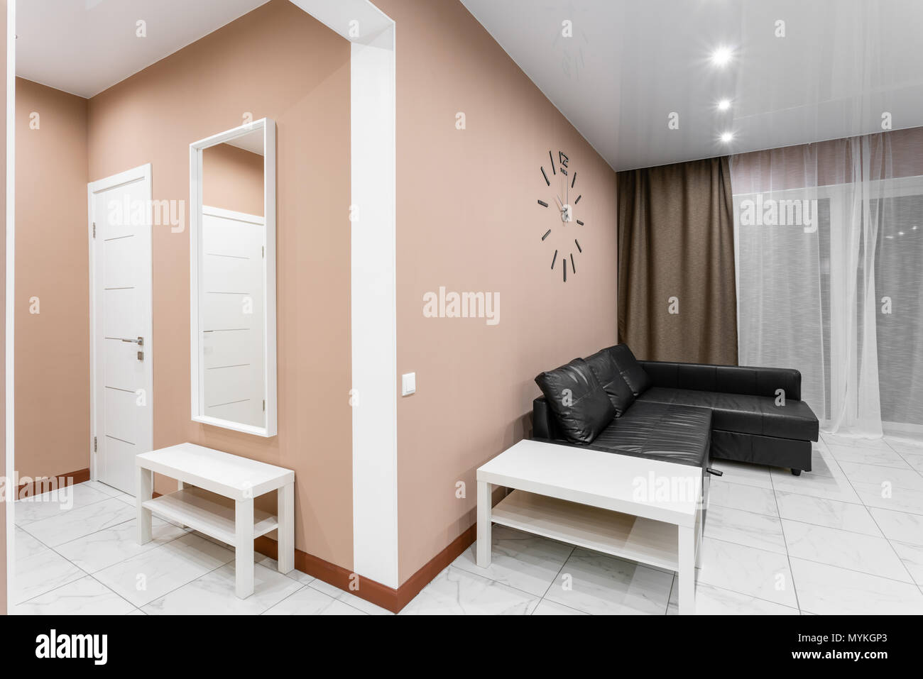 Merveilleux Moderner Minimalismus Style Salon Interieur. Einfache Und Kostengünstige  Wohnzimmer Mit Küche. Innenbeleuchtung Abend